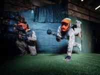 Due giocatori tentando di raggiungere la sua vittoria nel campo di gioco a Paintball Arena