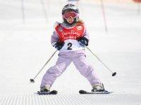 Una bambina sugli sci