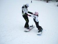 Un piccola snowboarder
