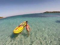 Avec la planche dans la mer bleue