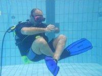Istruttore in swimming pool spreading