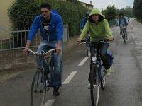 Si pedala anche sotto la pioggia