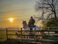 a cavallo al tramonto