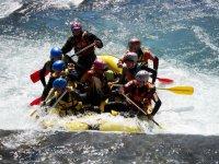 Sfidando le rapide con il rafting