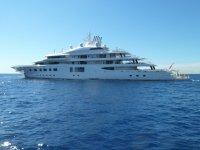 yacht in mezzo al mare