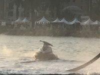 Una moto in mezzo al mare