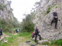Arrampicandosi sulle rocce