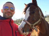 In compagnia di uno dei bellissimi cavalli