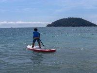 In mare con il paddle surf