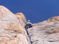 Scalare su roccia in fessura