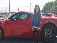 Con una bellissima Ferrari