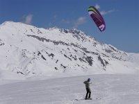 Sur la neige avec le cerf-volant