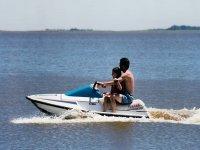 Padre e figlia in moto d'acqua
