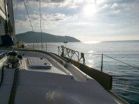 in barca verso il tramonto