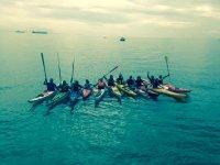 Un gruppo di canoe in mare