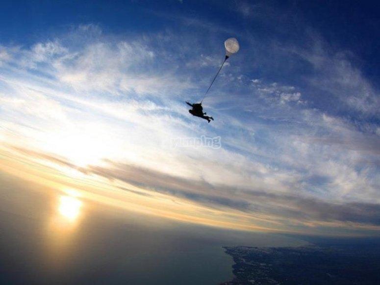 Paracadutismo al tramonto