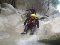 Scivolando tra le rocce