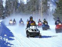 Atleti sfrecciano in gruppo sulla neve