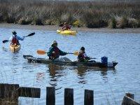 Gruppo con canoe e kayak