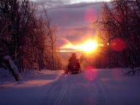 in motoslitta al tramonto