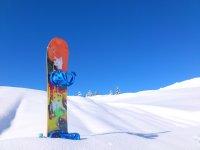 Snowboard nella neve