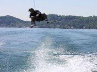 Praticando wakeboard