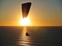 Volo sul mare al tramonto