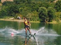 Adulti e bambini con gli sci d acqua