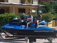 Due piccoli appassionati di moto d'acqua