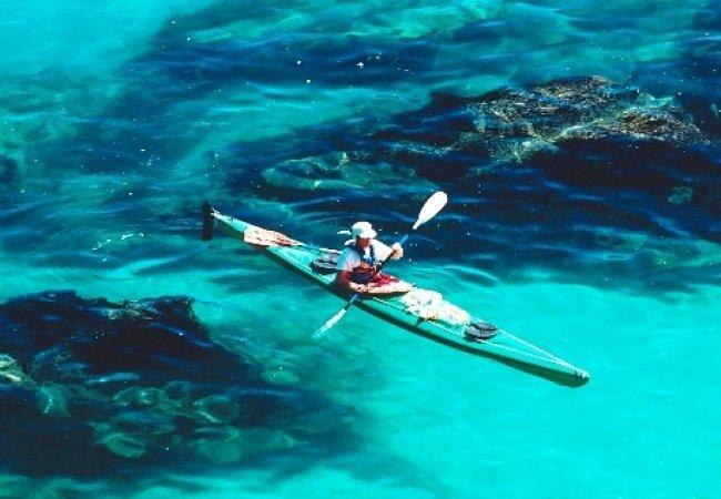 Kayak in acque trasparenti